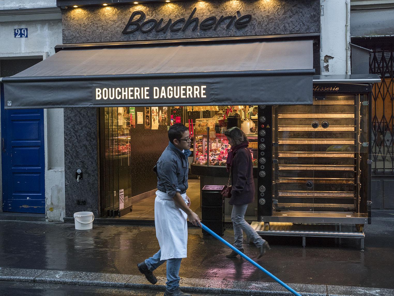 Bagaren är uppe tidigt för att parisarna ska få sitt bröd till frukost. Olympus OM-D E-M1 II, Zuiko 50 mm 1,2 1/125 och bländare 3,2, 800 Asa
