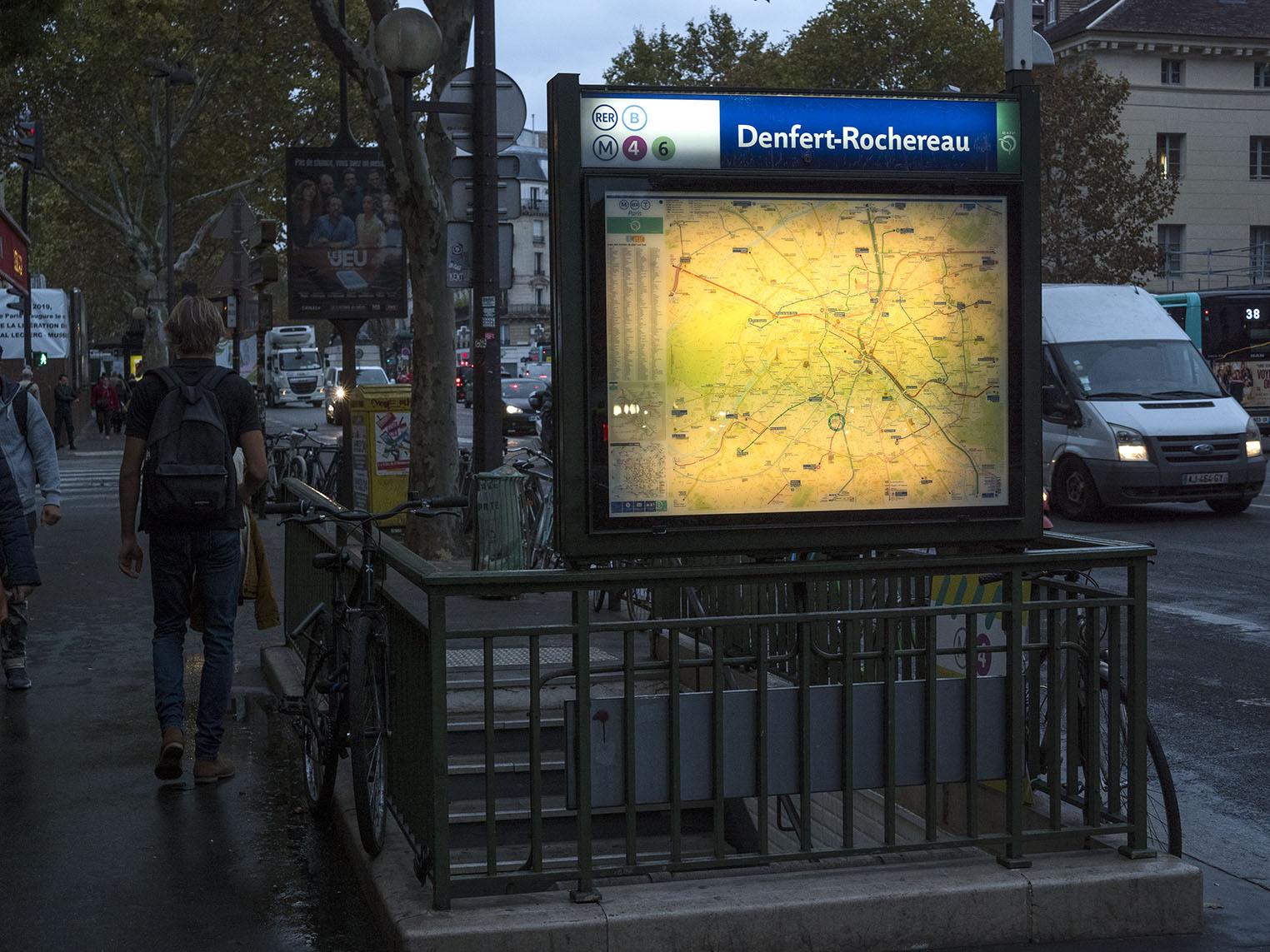 Paris katakomber med otaliga dödskallar uppradade på ett bisarrt sätt finns några meter under järnvägsstationen Denfert-Rocherau som ligger just i rue Daguerres östra ände. Olympus OM-D E-M1 II, Zuiko 25 mm 1,2, 1/320 sekund, bländare 5,0, 800 Asa