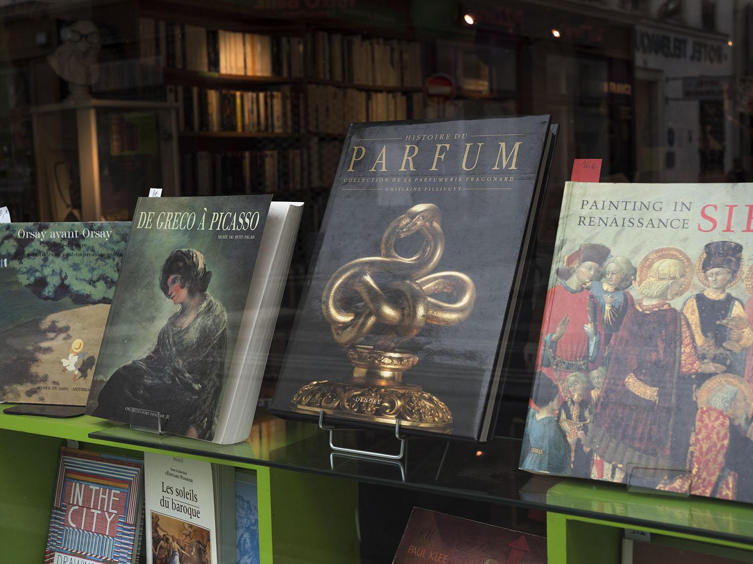 Böcker om konst och om konsten att lukta gott på ett antikvariat. Olympus OM-D E-M1 II, Zuiko 50 mm 1,2 1/320 sekund och bländare 5,0, 800 Asa