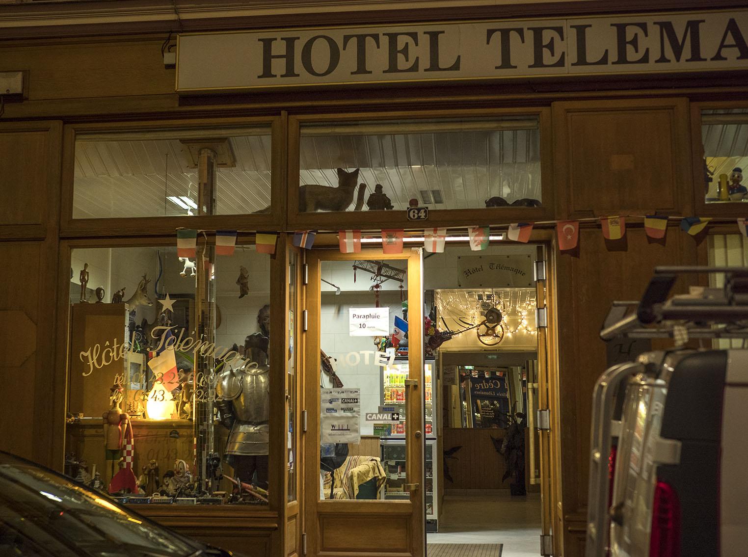 Hotell Telemarque erbjuder boende längs gatan. Receptionen är ett under av småprylar mer eller mindre oordnat uppställt. Olympus OM-D E-M1 II, Zuiko 50 mm 1,2 1/50 sekund och bländare 2,9, 800 Asa