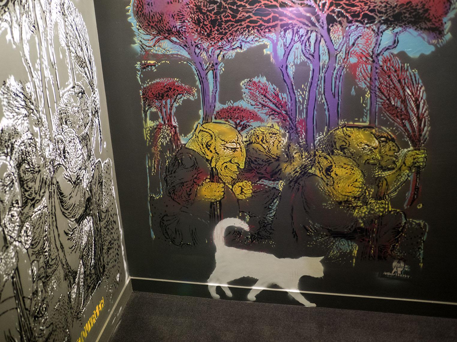 På väg ner till toaletten på en restaurang möter jag denna väggmålning som för tankarna till Disneys Aristocats. Olympus OM-D E-M1 II, Zuiko 50 mm 1,2 1/20 och bländare 1,2, 800 Asa.