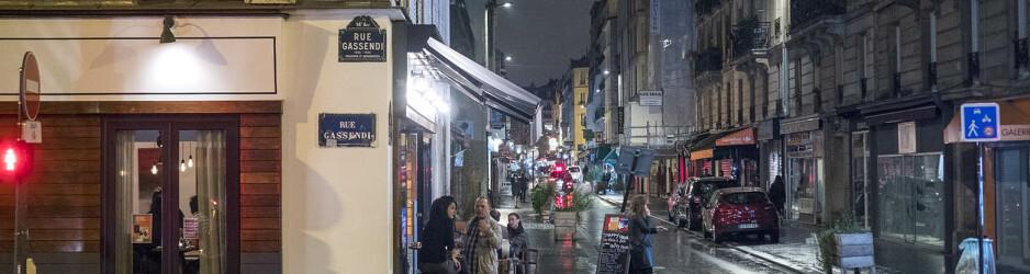 Midnatt på rue Daguerre i Paris. Det regnar och är kyligt, med franska mått. Endast rökarna sitter kvar på uteserveringen. Olympus OM-D E-M1 II med zuiko 50 mm 1,2. 1/40 sec och bländare 1,8